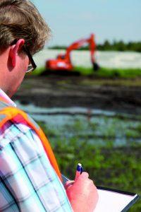 Preventiemedewerker aan het werk op een bouwplaats